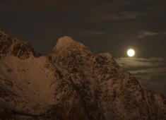 Moon and magic lights over Vagakallen, Lofoten. Photo: Stefan Linnerhag