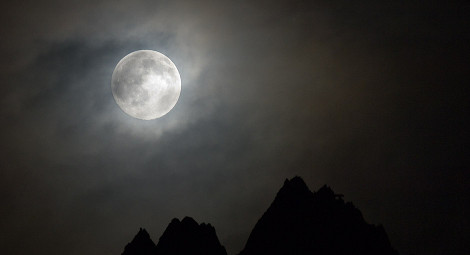 Moon over the french Alps. Photo: Stefan Linnerhag, Swedenpicture