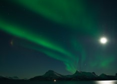 Norrsken(aurora borealis) och månsken över Tysfjord.